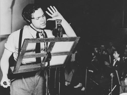 """""""مع جناحيك"""" قصة قصيرة لستاينبك حول طيار أمريكي أسود في الحرب. تم إذاعتها من قبل أورسون ويلز (أعلاه) في عام ١٩٤٤، ثم إختفى بعد ذلك."""