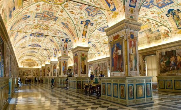 قاعة مكتبة الفاتيكان، يبدو وكأنه مكان مشتت لقراءة كتاب.