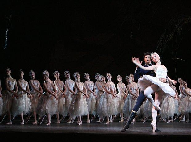 royal-ballet-dancing-swan-lake-and-the-royal-opera-house-1342619785-view-0