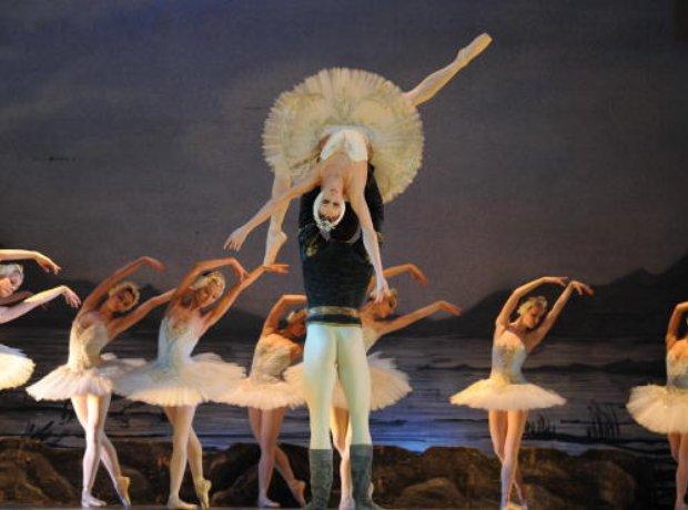 swan-lake-ballet-1256836784-view-0